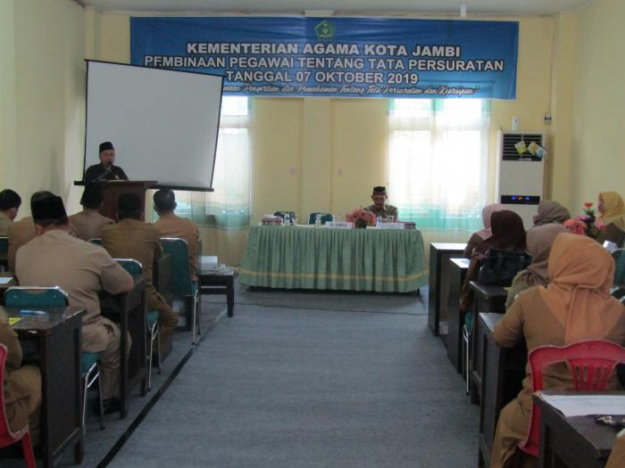 Ka.Kankemenag Kota Jambi Buka Kegiatan Pembinaan Pegawai Tentang Tata Persuratan di Lingkungan Kantor Kemenag Kota Jambi